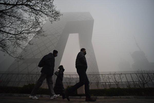 12月1日,几名戴口罩的行人从地方电视台总部大楼下走过。当日11时50分,北京市气候台晋级公布大雾橙色预警信号,估计当全国午到夜间,北京大有些地区将呈现浓雾,有些地区能见度小于200米。11月30日,北京市气候台晋级公布霾橙色预警信号。(新华社记者 罗晓光)