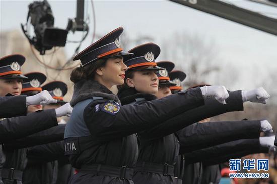 兵式的罗马尼亚女警察方阵.-罗马尼亚举行国庆阅兵式 女警察惊艳