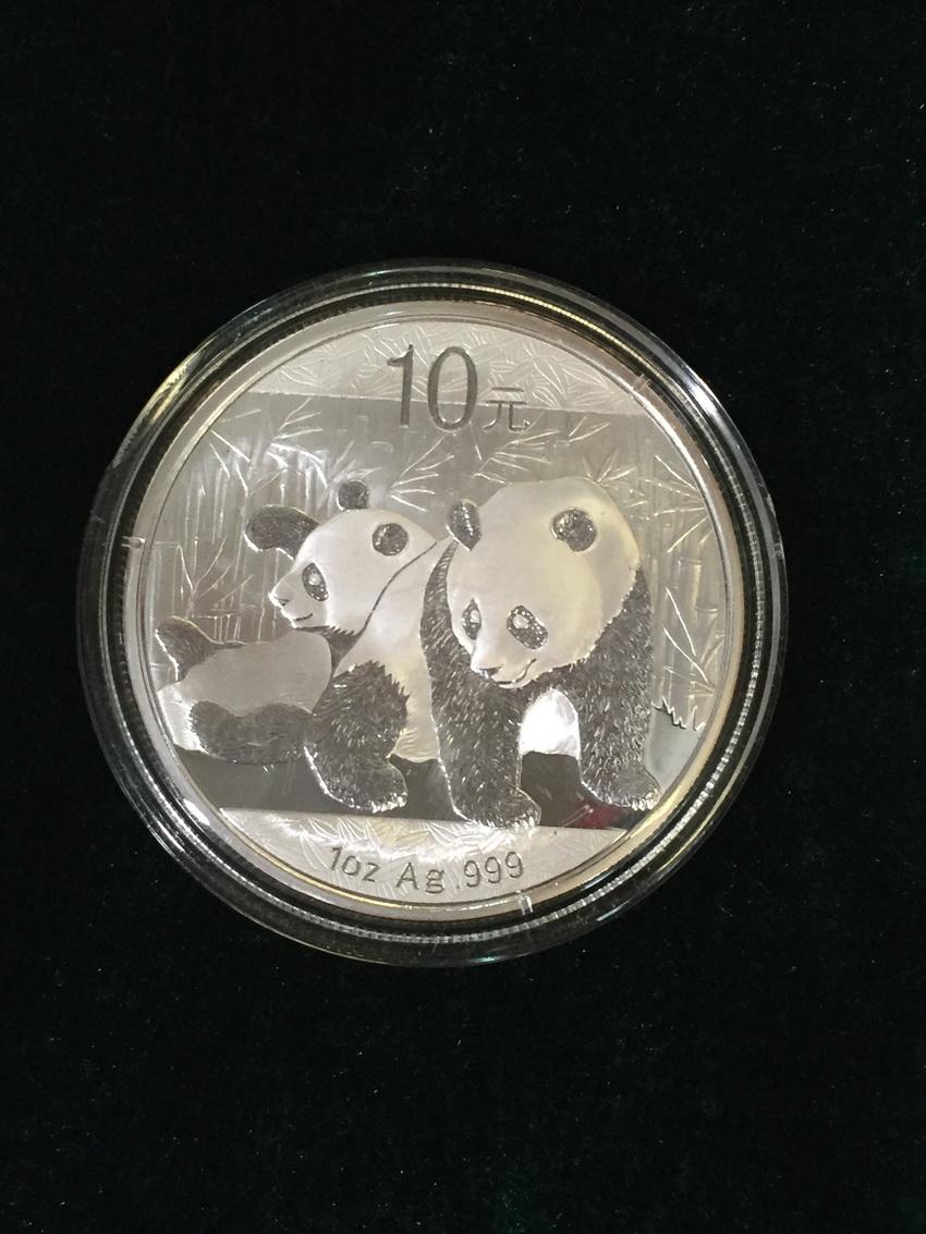 12月2日,据上海海关音讯,该处2015年7月6日查获了2300枚面额不等的金银币,此中囊括1枚面值10万元、重达10千克、全世界刊行仅18枚的2013年蛇年纯金留念币。