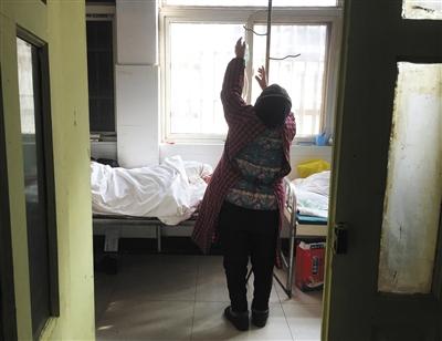上蔡�h公民病院沾染科,一名白叟正在�槔习��Q�。