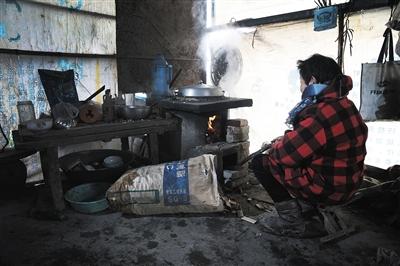 艾滋病患者林秀梅(假名)家照�f�苦,她天天保持本人煮�。