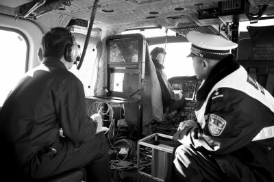 昨天,警用直升机正在北京上空执行巡逻任务