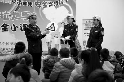 昨天,北京市交管局的领导在给小朋友上课,宣传交规