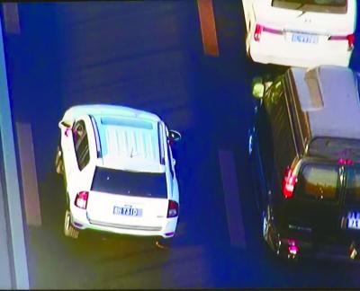 在京通倏地进京方向远通桥左近,一辆红色轿车闯进公交车道行驶,被警用直升机拍下,车商标码明晰可见。