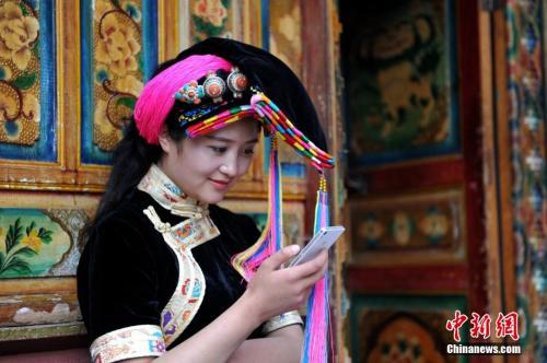 藏族女孩(资料图,图为四川甘孜藏族自治州丹巴藏寨)