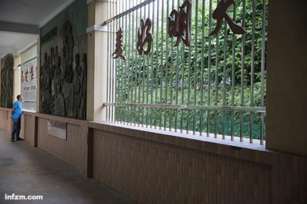 """与香港隔河相望的深圳渔民村,在全国第一个实现家家""""万元户""""。习近平到访时,对邓小平1984年到渔民村时的故事听得最认真。 (南方周末记者 张涛/图)"""
