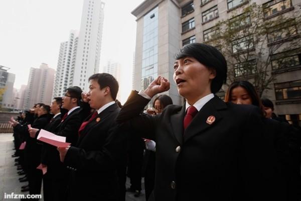2014年12月4日,上海,国家宪法日,法院工作人员站成队列宣誓。 (CFP/图)