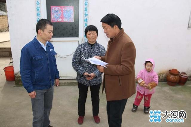 光山县供电公司党委负责人胡良伟(中)到帮扶对子家中走访慰问