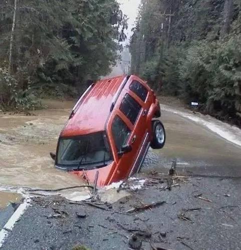 离奇的车祸 第一张图就把我惊呆了