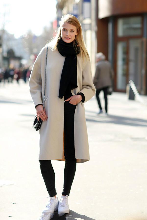 女人千万别小看运动鞋,搭配大衣美丽百倍!图片