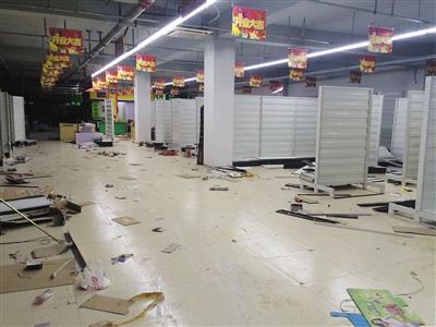 """前日,向阳区金盏嘉园C区的一家盗窟""""好又多""""超市内已一片散乱,货架上货品均已被搬空。"""