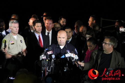 当地时间2日晚,圣贝纳迪诺警察局长伯关主持记者会,证实两名嫌犯身份。廖政军摄