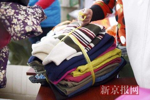 居民捐赠整理好的衣物。新京报记者 王嘉宁 摄