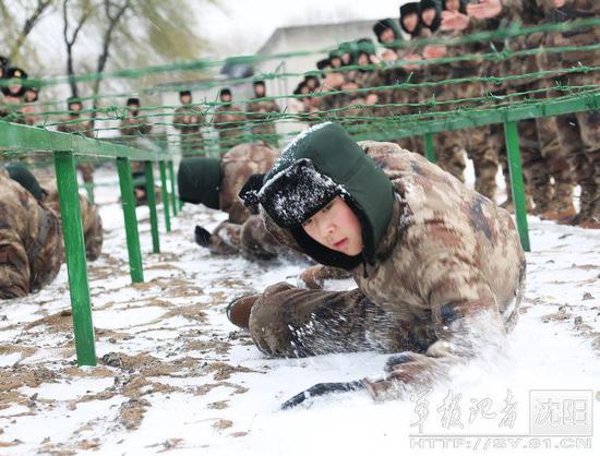解放军女兵 卧雪匍匐训练
