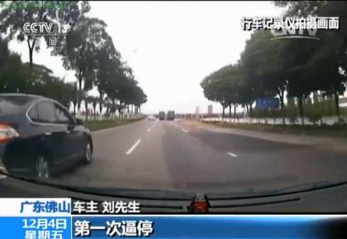 车主刘先生:第一次逼停从最左边切到右边逼停我。