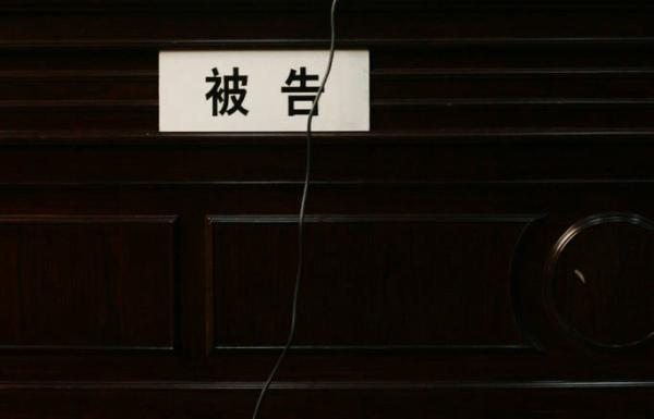 12月2日下午,在上海奉�t法院庭�e���F�觯�奉�t�^人社局局�L�茄趴�作※�楸桓娉鐾���V。 澎湃�Y料��D