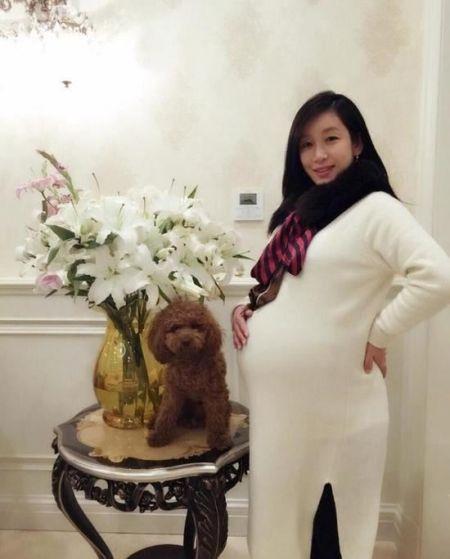明星孕妈穿什么_孕妇肚子大小和什么有关。看明星妈妈临产巨肚