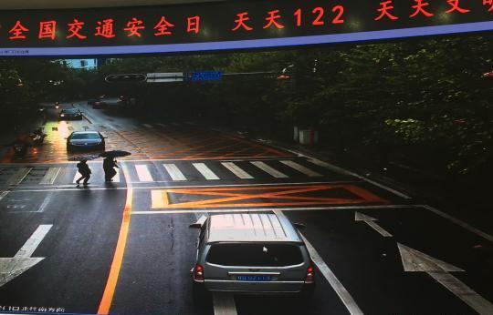 12月2日,监控视频显现,一辆小车看到两个行人过马路时,未泊车躲避。 中新网 图