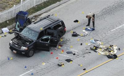 加州枪击案两名嫌疑犯逃亡所乘坐的车辆,以及行凶时所使用的枪支。