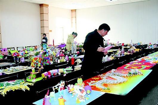 午,武汉市东西湖区第二届环保创意手工作品大赛评审活动举行