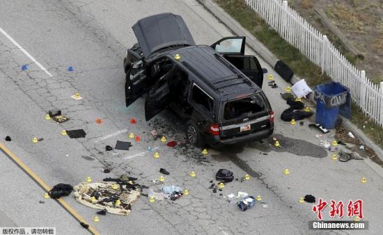 当地时间12月3日,美国加州圣伯纳迪诺市,该市2日发生枪击事件造成14人死亡。警方在枪击事件发生后与枪手发生交火,在案发现场不远处将疑犯击毙。图片显示,疑犯乘坐的越野车在交火中被打的千疮百孔,随后警方从车身内搜出大量枪支弹药。