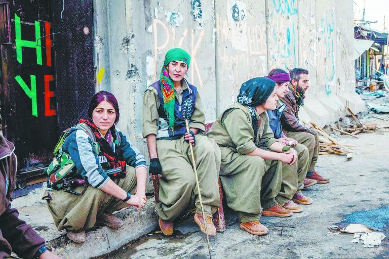库尔德女兵克日在伊拉克参加冲击IS极其装备的步履。