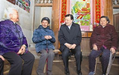 上图:12月2日,刘云山在九江市武宁县罗坪镇长水村看望当地贫困群众。 新华社记者 王 晔摄