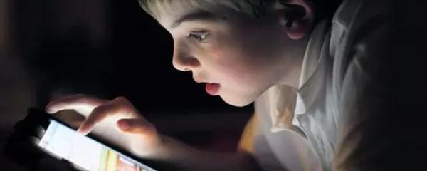 现在的孩子玩手机变成低头族,爸妈应该怎么办