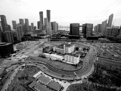 """12月5日,杭州钱江新城,一条C字形的路线很是招眼。处于路线萦绕核心的是一座药厂的厂房,大概是拆迁事情没到位,本来纵贯高架的路线戛但是止,转而绕了一大圈,成绩了""""史上最牛C字路""""。"""
