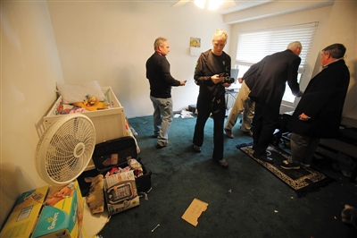 当地时间4日,美国南加州的圣贝纳迪诺,联邦调查局工作人员在枪手法鲁克住所进行搜查工作。新华社发