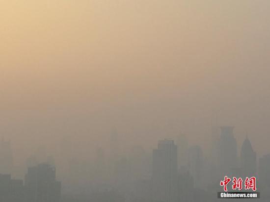 12月6日,上海上空雾霾严重。当日上海再度遭遇空气污染,截至午后3时许,pm2.5达到189,为中度污染。康康