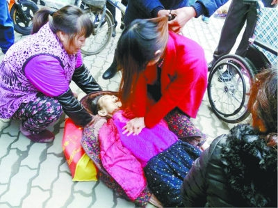 老人看病途中病发昏倒 过路女子为其做人工呼吸