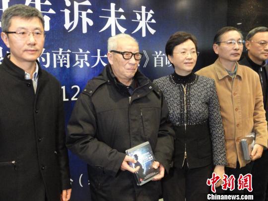 江苏省委常委、宣传部部长王燕文,侵华日军南京大屠杀遇难同胞纪念馆馆长张建军向幸存者赠送影像资料。