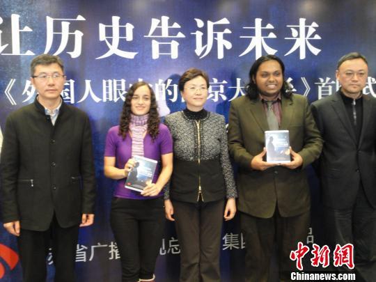 江苏省委常委、宣传部部长王燕文,侵华日军南京大屠杀遇难同胞纪念馆馆长张建军向外国留学生赠送影像资料。