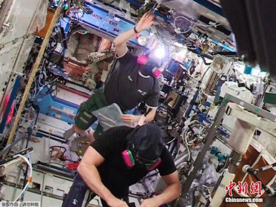 材料图:2015年1月14日音讯详细拍照时刻不详,美国宇航局公布猛进号航天飞机的宇航员拍照的以地球为布景的国际时间站图象。