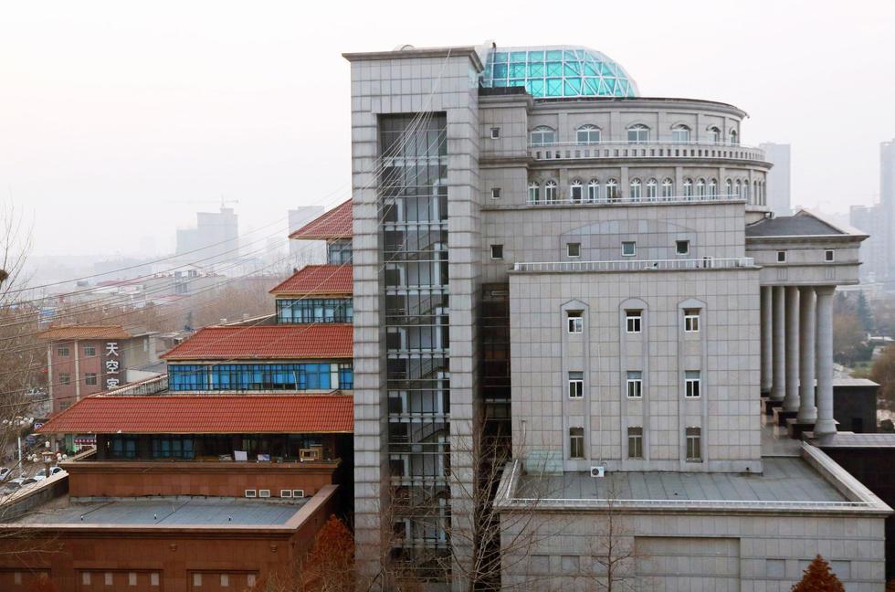 郑州大学现奇葩建筑:一半中式一半欧式(组图)图片