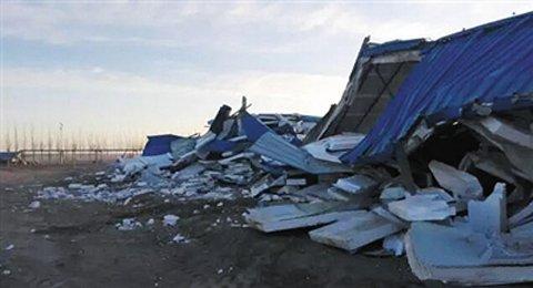 百余名蒙面职员开动2台铲车将内蒙古额济纳旗查看站全副铲毁。图据额济纳旗期货配资 资讯核心