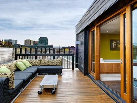 阳台装修铺防腐木地板还是地砖