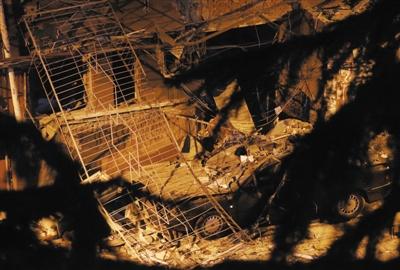昨夜,石景山区永乐西社区35号楼爆破现场。本版拍照/新京报记者 周岗峰