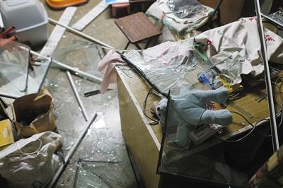 爆破高楼左近的31号楼一住户家被爆破所连累,阳台门窗都被震碎。