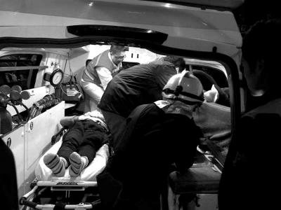 伤者被搬运到救助车上。消防供图