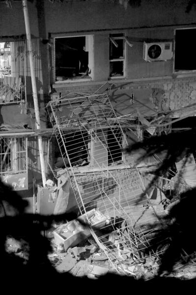 高楼的防盗网被震落。京华时报记者周民摄