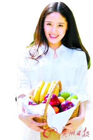 在果园里摘鲜果品尝,惬意无比。 (图/getty)