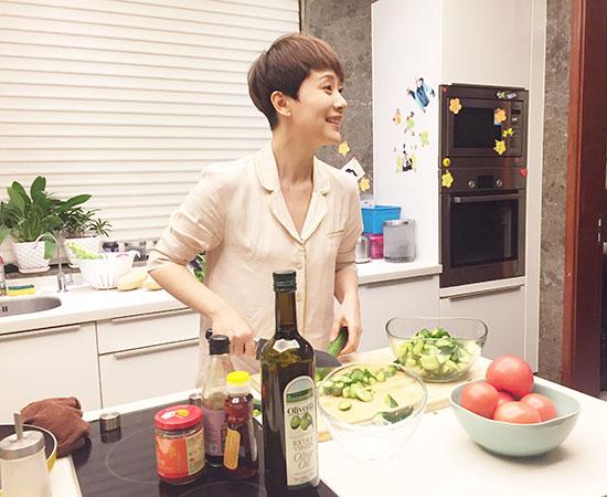 海清亲自下厨为剧组人员加菜 被称为后厨女王