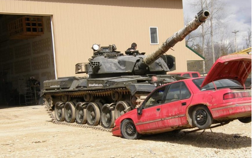 a1客车压铁饼的技巧-着大坦克碾压小汽车感觉真棒图片