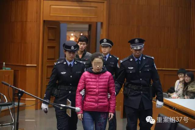 王某被带入法庭。 新京报记者 王贵彬 摄