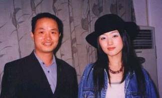 原文配图:杨钰莹当年红楼包房内与赖文峰的绝版照片。