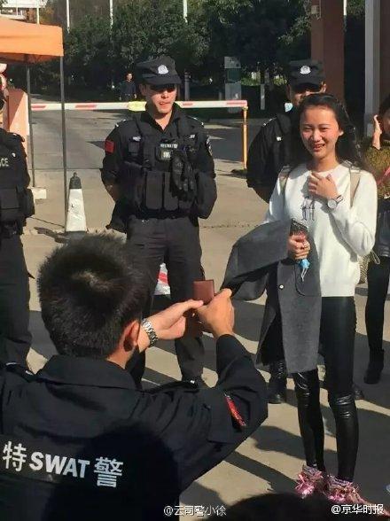 特警下跪向女大学生求婚 大批同事助阵(图)