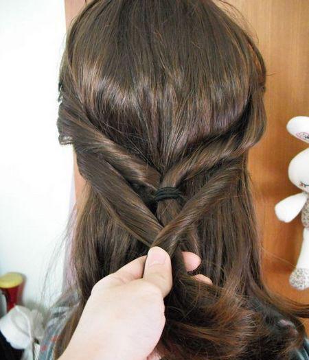步骤六:最后在发髻的上方戴上时尚发卡,这款适合中年妇女的家居盘发图片