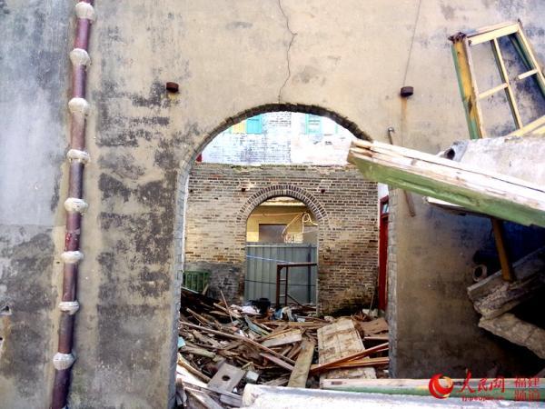 福建长乐的营前新街路98号,房子内部框架和屋顶基本被拆,内部已经被掏空。